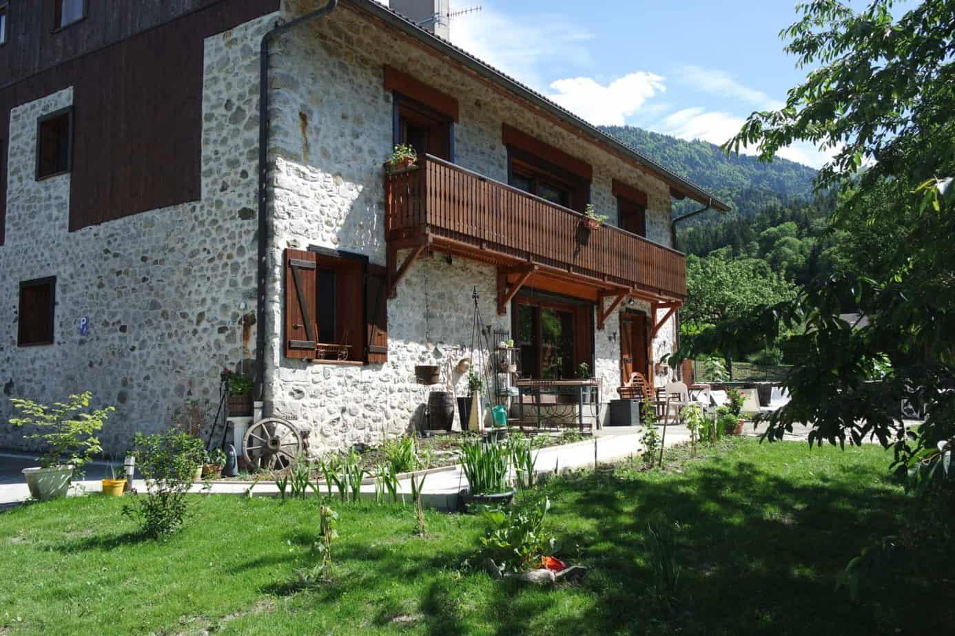 Au gite chapô Julô, la terrasse est ombragée et offre un endroit calme et apaisant