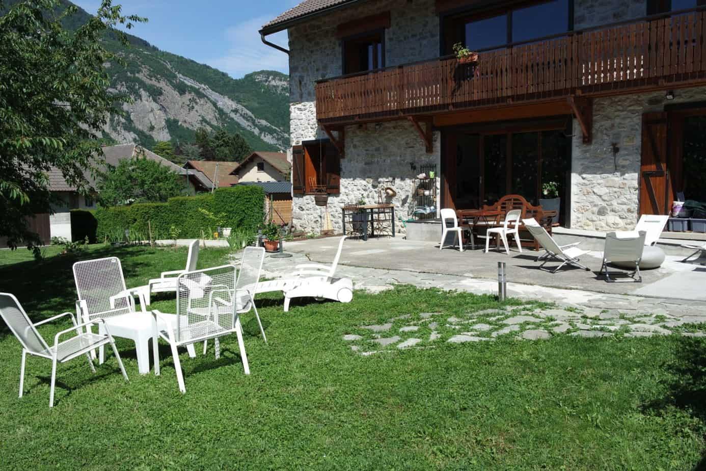 La terrasse du gite Chapô Julô offre un endroit calme et paisible