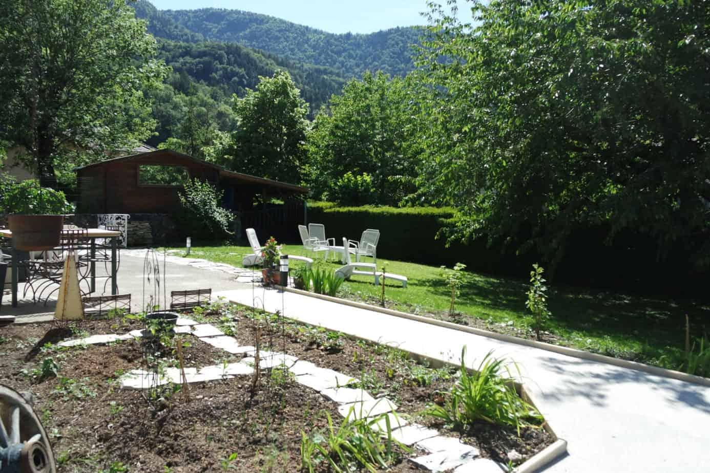 Le gite dispose d'une terrasse calme et accessible avec des coins ombragés