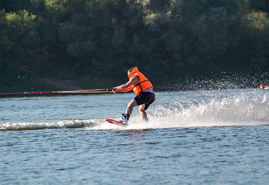 La pratique du wakeboard est possible sur le lac d'Annecy