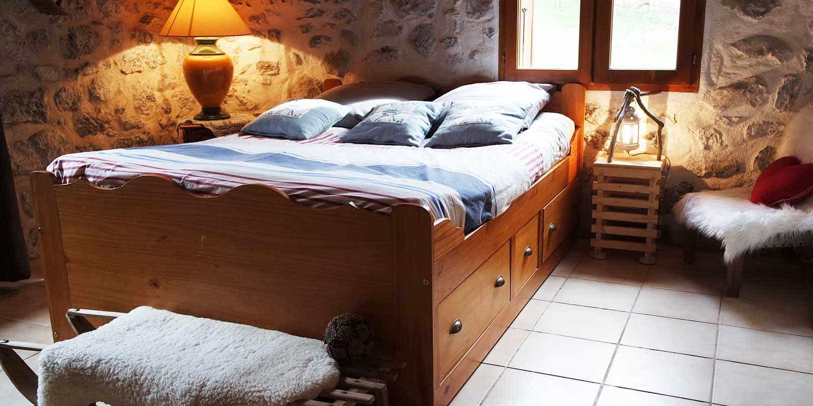 Le lit double de la chambre Juliette