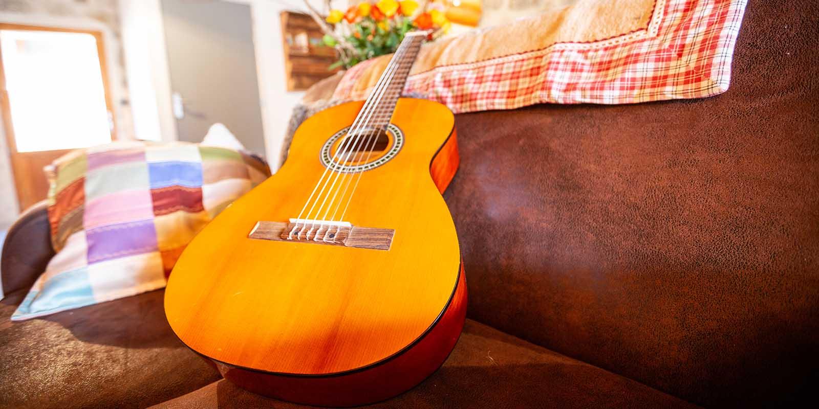 Une guitare a disposition dans le gite Chapô Julô